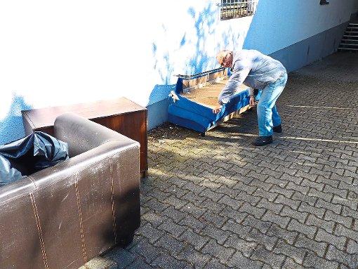Blumberg unbekannte entsorgen illegal m bel blumberg for Sofa entsorgen