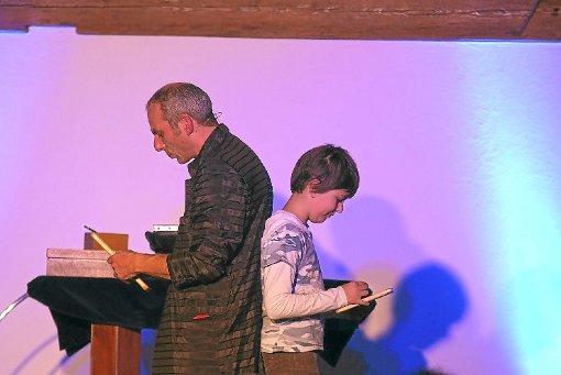 Zauberkünstler Ralf Gagel ist bei seinen Stücken oft in engem Kontakt zum Publikum. Foto: Sikeler