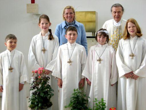 Die Erstkommunionkinder aus Dornhan mit Marlene Schneider und Pfarrer Georg Lokay. Foto: Vollmer