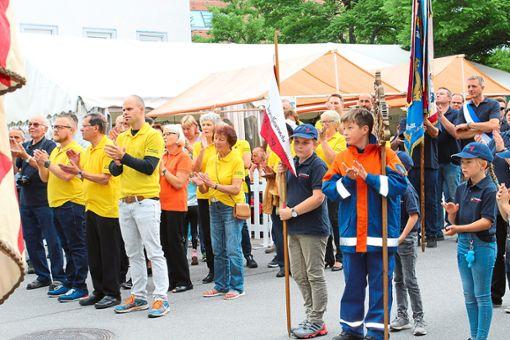 Die teilnehmenden Verein eröffnen gemeinsam das Stadtfest in Schömberg.   Fotos: Dillmann Foto: Schwarzwälder Bote