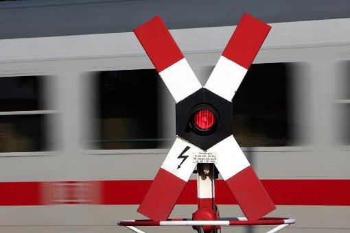 Nach dem tödlichen Unfall soll der Bahnübergang in Beuron sicherer werden. (Symbolbild) Foto: dpa