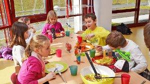 das schmeckt sehr gut die kinder essen gerne in den neuen r umen des kindergartens zu mittag. Black Bedroom Furniture Sets. Home Design Ideas