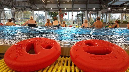 Bewegung im warmen Wasser tut gut: Gemeinsam wird bei einer Gruppe mit Hilfsmitteln wie den Aqua Discs Sport betrieben.  Foto: Klossek