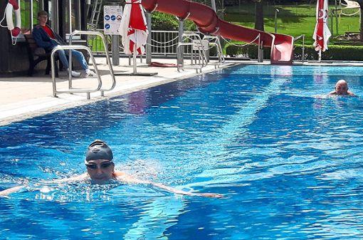 Die ersten Frühschwimmer haben am Eröffnungstag im Sofienbad ihre Bahnen gezogen.  Foto: May
