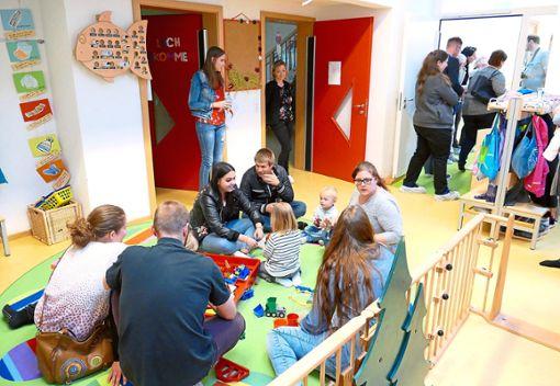 Eltern und Kinder inspizieren die Spielzone im neu umgebauten Kleinkinderbereich.  Foto: Stadler Foto: Schwarzwälder Bote