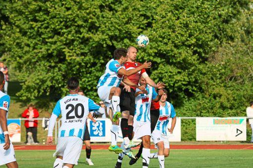 Richtig gefordert wurden Kapitän Manuel Pflumm und seine Teamkollegen von der TSG Balingen gestern Abend im Testspiel beim FC 07 Albstadt. Am Ende trotzte der Verbandsligist dem Regionalligaaufsteiger ein 1:1-Unentschieden ab. Foto: Kara