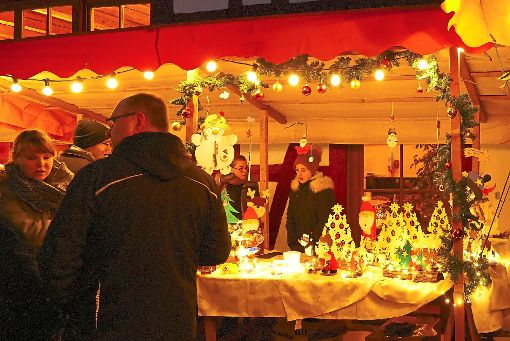 Geschmackvolle Deko fanden die Besucher beim Weihnachtsmarkt rund ums Gemeindehaus.  Foto: Tröger Foto: Schwarzwälder-Bote