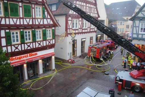 Bei einem Brand in der Innenstadt von strongCalw/strong ist am Samstagabend ein Schaden in Millionenhöhe entstanden. Während der Löscharbeiten war die Innenstadt mehrere Stunden gesperrt. a href=https://www.schwarzwaelder-bote.de/inhalt.calw-brand-in-innenstadt-schaden-in-millionenhoehe.453709c0-6078-4bc2-a1bf-7842fdb49721.htmltarget=_blankstrongZum Artikel/strong/abr Foto: Klormann