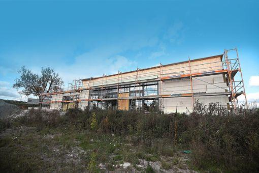 Das Jugendkulturzentrum nimmt Gestalt an – wenn es fertig ist, soll es von einem stabilen Zaun umgeben sein. Foto: Eich