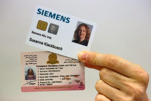 Mitarbeiterausweis von Siemens, Aufenthaltsausweis für Kurdistan: Seit mittlerweile zwei Jahren ist Susanne Kieckbusch in Erbil tätig. Zunächst als Lehrerin an der Deutschen Schule, mittlerweile für Siemens.  Foto: Maier Foto: Schwarzwälder-Bote