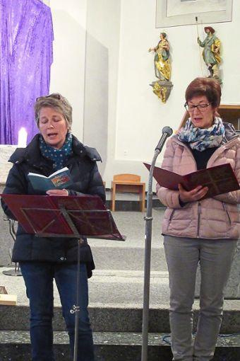 Petra Pfaff (links) und Jutta Schlimpert tragen die besinnlichen Texte vor.  Fotos: Kienzler Foto: Schwarzwälder Bote