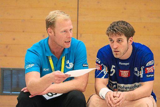 René Wismar (links) und Spielertrainer Klaus Schuldt tüfteln die Strategie für das Spiel gegen Mitaufsteiger Viernheim aus. Foto: Kara