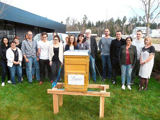 Vor dem Firmengebäude der Lunor AG in Unterhaugstett begrüßten die Mitarbeiter am Bienenstock ihre neuen Nachbarn. In der Mitte (Sechster von rechts) Firmenchef Ulrich Fux.   Foto: Eitel Foto: Schwarzwälder Bote