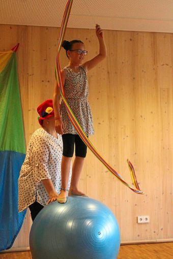 Die Kinder des Zirkus Talentino entführten ihr Publikum in die Welt der Magie.  Foto: Störr Foto: Schwarzwälder Bote