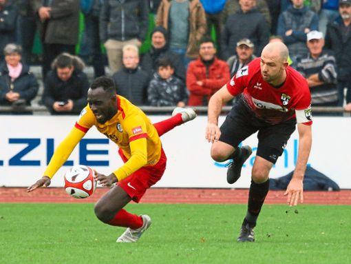 Den Favoriten aus Elversberg stolpern ließen Manuel Pflumm und Co. 2:0 gewann Balingen das Hinspiel.   Foto: Kara