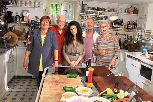 Sie feiern eine Küchenparty mit Pizza in verschiednen Variationen (von links): Christine Westermann, Bernd Neuner-Duttenhofer, Marwa Eldessouky, Uwe Ochsenknecht und Martina Meuth   Foto: Steinmetz