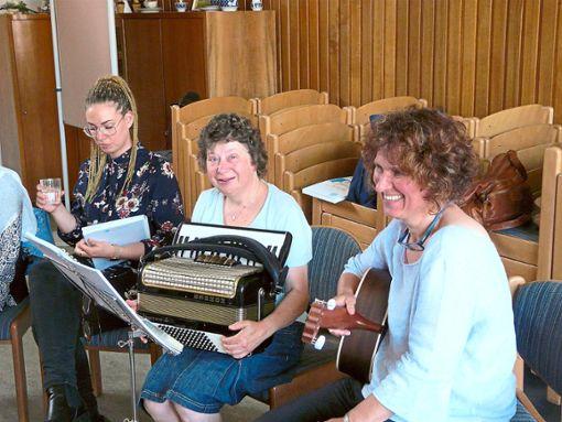 Katrin Friedrich (von links), Petra Greiner und Elli Hätscher beim Seniorennachmittag im Café Augenblick.  Foto: Eitel Foto: Schwarzwälder Bote