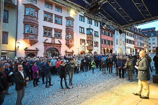 Oberbürgermeister Ralf Broß (rechts) verkündet das Ergebnis des Bürgerentscheids zur Hängebrücke. Foto: Nädele