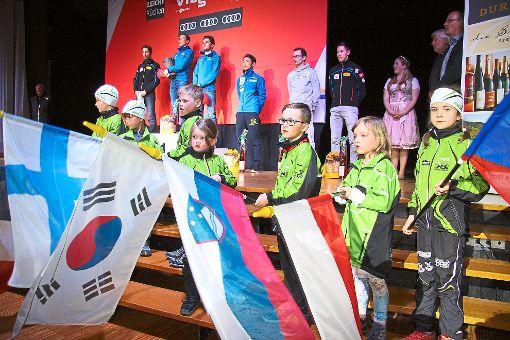 Die deutsche Nationalhymne erklingt bei der Siegerehrung und der Nachwuchs des Skiteams Schonach-Rohrhardsberg schwingt dazu die Fahnen der am Schwarzwaldpokal beteiligten Nationen. Foto: Eberl/Börsig-Kienzler