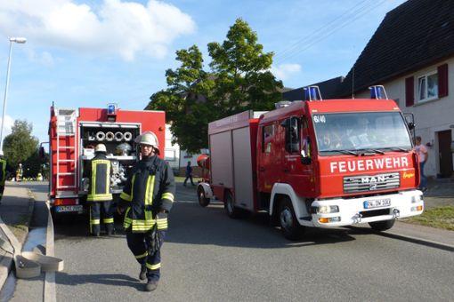 Die zwei Feuerwehrautos treffen zur gemeinsamen Hauptübung ein.   Fotos: Rössler Foto: Schwarzwälder Bote