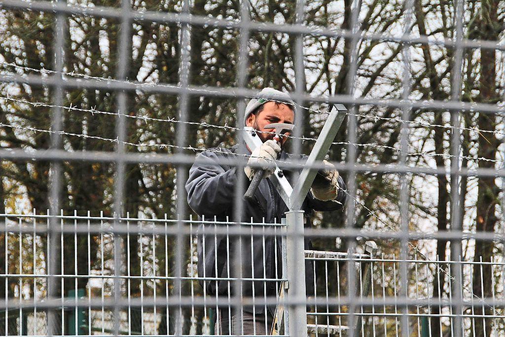 Zaun Hinter Zaun Und Stacheldraht Ein Mann Befestigt Am Neuen