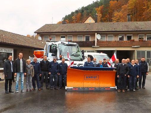 Die Mitarbeiter präsentieren die neuen Fahrzeuge des Baubetriebshofs, unter anderem das neue Räumfahrzeug.  Fotos: Mutschler Foto: Schwarzwälder Bote