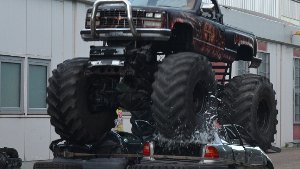 Monstertruck macht Autos platt