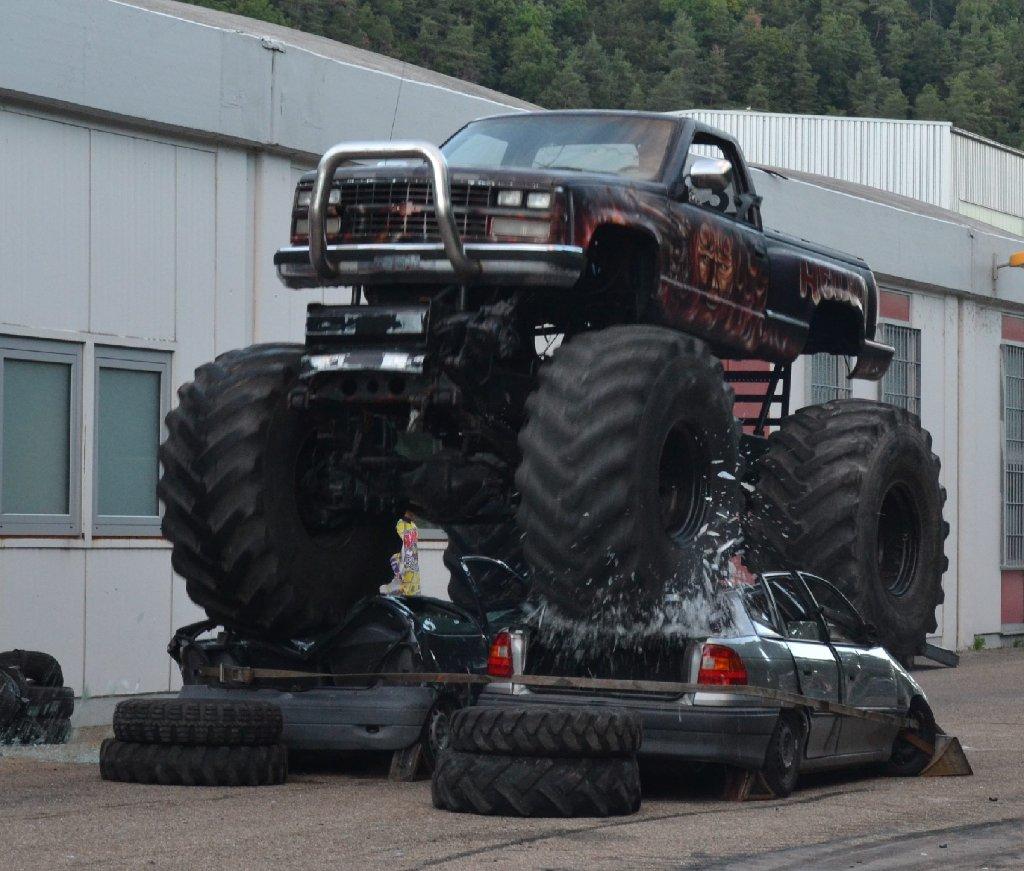 Sulz monstertruck macht autos platt a n