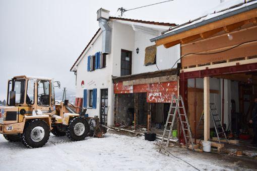 Statt dem Koch ist jetzt der Bagger am Werk: Die Traufganghütte Brunnental wird umgebeut. Foto: Merk
