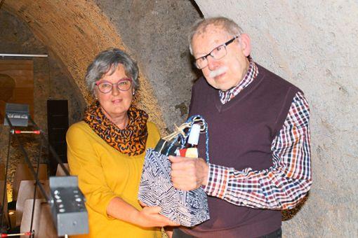 Mit Proben aus dem Furtwanger Weltaden dankt Claudia Bürger dem Autor Reinhard Großmann für eine anregende Lesung.   Foto: Hajek Foto: Schwarzwälder Bote