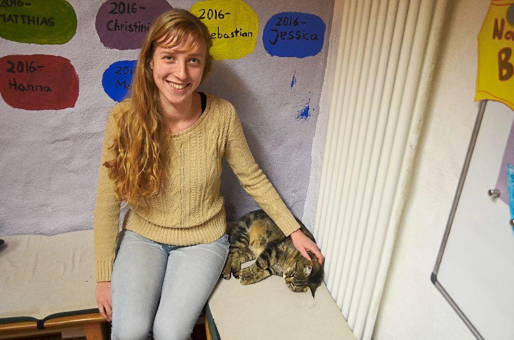 Cara Pinder-Emery kuschelt mit der Katze der Freien Schule in der Sitzecke. Foto: Seiss Foto: Schwarzwälder-Bote