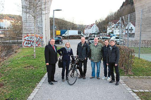 Hier müsste der Radweg weitergehen (von links): Daniel Steinrode, Brigitte Loyal, Thomas Ebinger, Wolfgang Schleehauf, Marco Ackermann und Bernd Gorenflo setzen sich gemeinsam für eine Verbesserung des Fuß- und Radwegekonzepts in Nagold ein. Foto: Palik