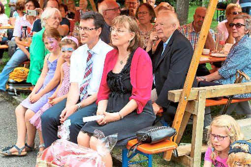 Familie Zimmermann verlässt Endingen – viele Gemeindemitglieder sind gekommen, um sie zu verabschieden. Foto: Breisinger