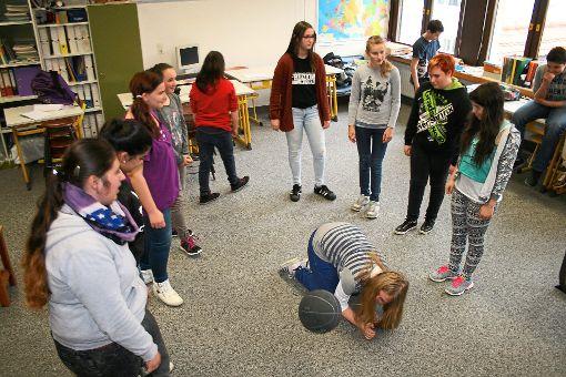 Bea bricht unter der Schikane ihrer Mitschüler zusammen.   Fotos: Danner Foto: Schwarzwälder-Bote