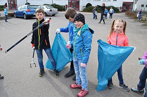 Die Schüler waren mit Müllsäcken und Greifzangen unterwegs, um die Markung zu putzen.  Foto: Gayer Foto: Schwarzwälder Bote