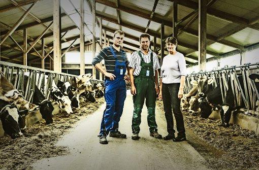 Alexander, Hans und Rita Keller bewirtschaften in Oberschwaben einen Hof mit 230 Milchkühen und 150 Hektar Lan Foto: Andreas Reiner
