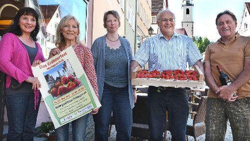 Die Erdbeerfest-Organisatoren wollen dieses Mal mit ein paar Extras auffahren. Von links: Doro Jakubowski, Heiderose Raiblle, Monika Bauer, Helmut Kipp und Georg Djuga.  Foto: Hopp Foto: Schwarzwälder-Bote