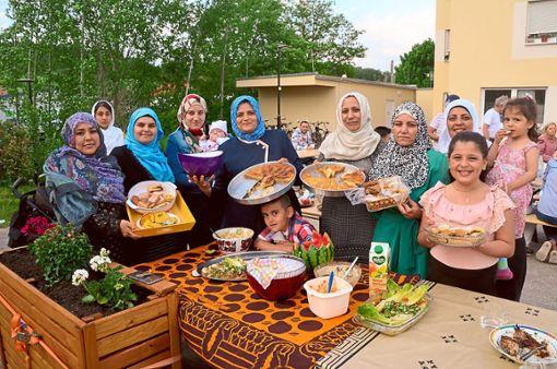 Die muslimischen Bewohner des Althengstetter  Gebäudes Am Gleis 1 luden ihre Freunde und Bekannten zum   Fastenbrechen  ein.  Foto: Bausch