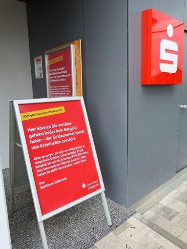 Nach der Sprengung des Geldausgabeautomaten der Sparkasse beim Möbelhaus Schick in Owingen, gibt es noch keine konkreten Hinweise. Foto: Kost