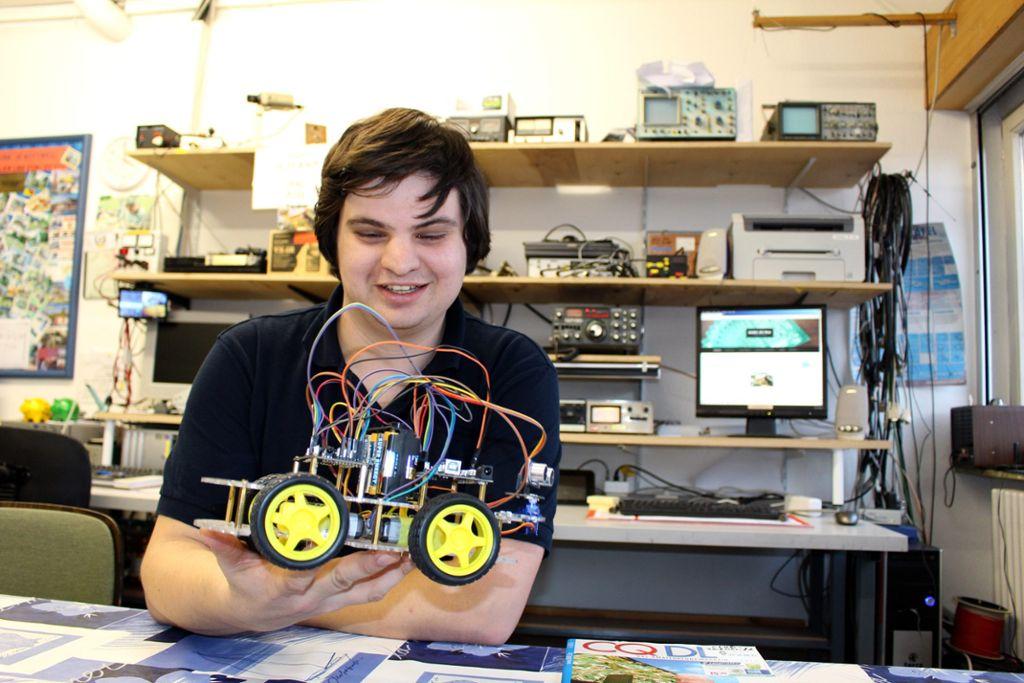 Auch das gehört zum Amateurfunken: Vorsitzender Tobias Pötzsch mit einem der selbst gebauten Roboter.  Foto: Alt Foto: Schwarzwälder Bote