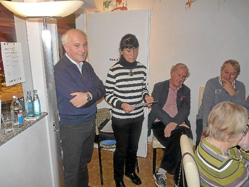 In der zweiten Sitzung des Projekts Mundart verliest Frau Maier-Moch (zweite von links) eine Geschichte in Mundart. Links der Leiter des Projekts, Ernst Zimmermann.    Foto: Maier Foto: Schwarzwälder-Bote