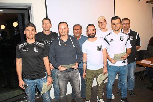 Aktive Spieler und langjährige Vereinsmitglieder wurden bei der Hauptversammlung der Spvgg. Wart/Ebershardt geehrt.  Foto: Köncke Foto: Schwarzwälder Bote