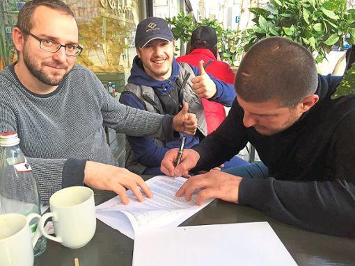 Sulgens früherer Ringer und Trainer Philipp Rohrer (links) war extra nach Georgien gereist, um die Unterschriften der Neuverpflichtungen des Regionalligisten AV Sulgen einzuholen.  Foto: Herzog