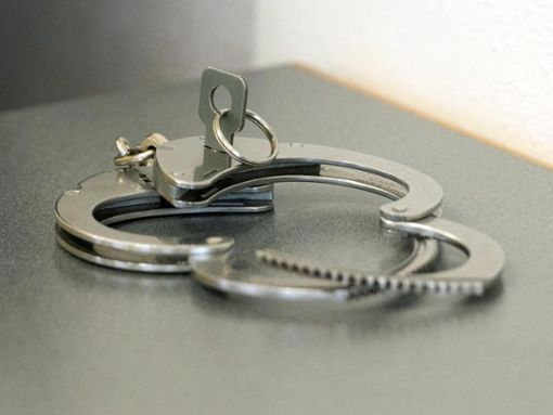 Erneut klickten die Handschellen. (Symbolfoto) Foto: Armin Weigel/Archiv/dpa