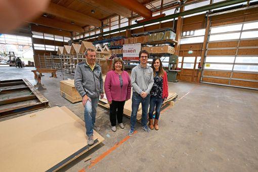Firmenbesuch bei Holzbau Ettwein am Eckweg in Villingen (von links):  Werner Ettwein, Martina Braun, Steffen Ettwein und seine Frau Andrea Buntru-Ettwein.   Foto: Ettwein Foto: Schwarzwälder Bote
