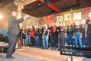 Am Ende des Konzerts  standen alle Chöre gemeinsam auf der Bühne.  Foto: Braun Foto: Schwarzwälder-Bote