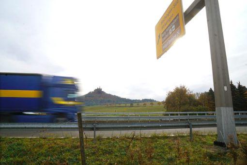 Zwar laut, aber zumindest ist die Aussicht auf den Zoller schön: Den Lärm durch den Verkehr der B27 wollen einige Hechinger im Stadtgebiet  nicht mehr hinnehmen. Am Donnerstag wird im Gemeinderat ein Lärmaktionsplan vorgestellt. Foto: Stopper