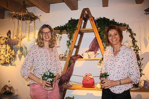 Brigitta Müller und Bianca Fischer haben in Unadingen aus einem ehemaligen Stall die Dekoscheune geschaffen und sich so einen lang gehegten Wunsch erfüllt.  Foto: Bächle Foto: Schwarzwälder Bote