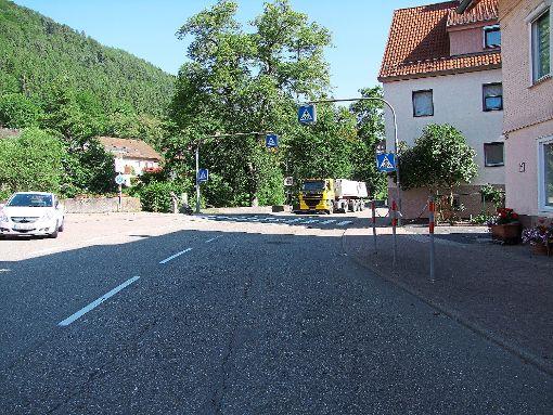 In Höfen wird die Straße vom Rathaus bis zum Ortsschild Richtung Calmbach voraussichtlich ab 10. September saniert.  Foto: Kugel