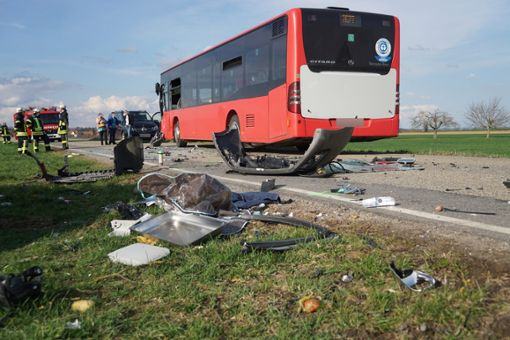 Nach dem schweren Unfall auf der Kreisstraße zwischen Eutingen und Göttelfingen (Kreis Freudenstadt) ist die 37-jährige Verursacherin an den Folgen ihrer schweren Verletzungen gestorben.  Foto: Lück